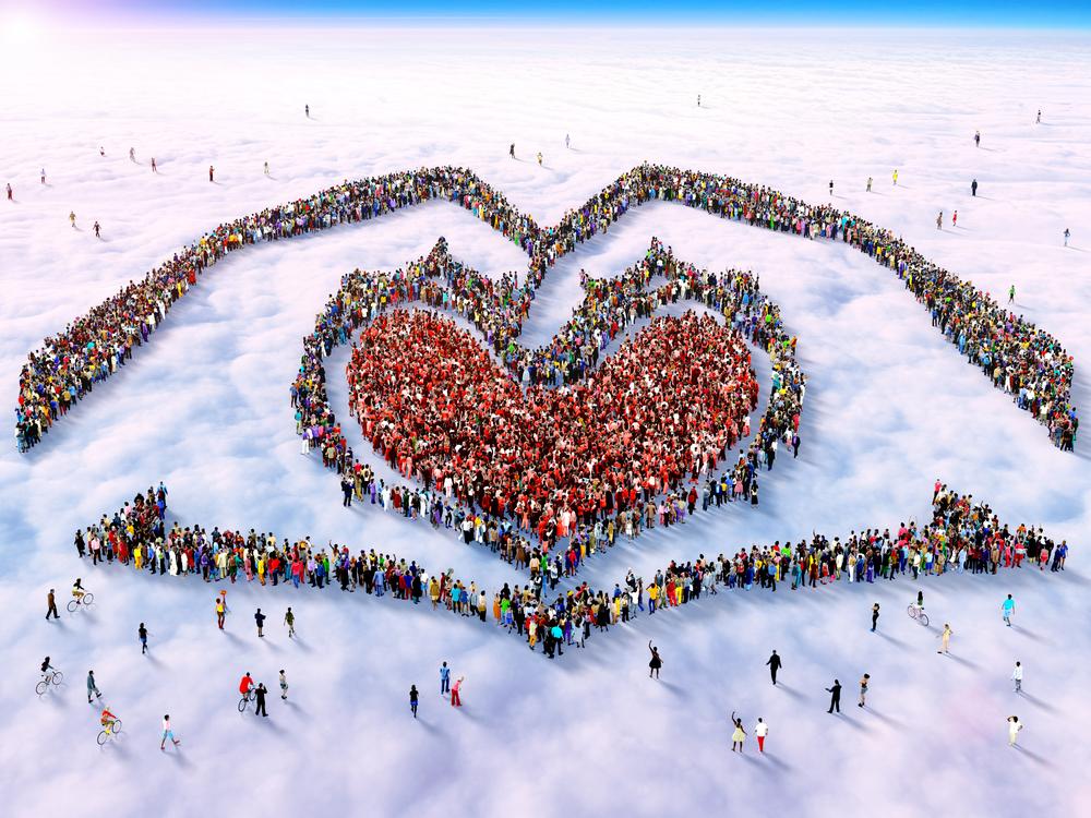 Foule-formant-un-coeur